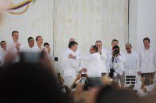 El maximo jefe de las FARC Rodrigo Primero y el Presidente Juan Manuel Santos se dan la mano durante la ceremonia de firma del acuerdo final.