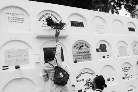 In Nicaragua brachten de mensen de Dia de los Muertos door op het kerkhof om hun overleden geliefden te herinneren en hun grafsteen te kuisen, schilderen en met bloemen te versieren. Foto: Kathrine Dalsgaard