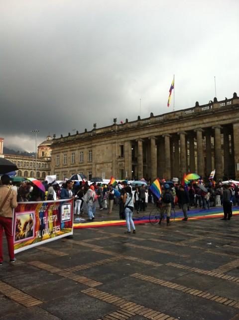 Voorstanders van het homohuwelijk in de stromende regen, de Senaat verwerpt het voorstel, Bogota, Colombia - Foto: Fransje Molenaar