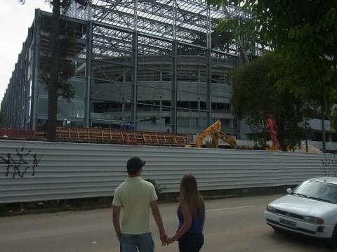 Het WK gaat van start in Brazilië. Dit stadion in Curitiba was in maart nog in volle aanbouw. Foto: Tom Dieusart