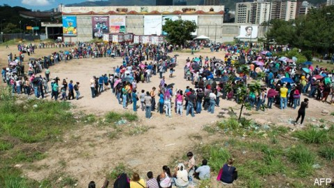Fila para acceder a un Mercado público en Caracas en febrero de 2015